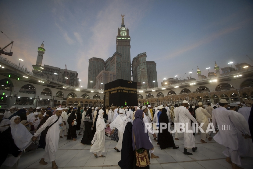 Suasana tawaf di Kabah, Masjidil Haram, Makkah