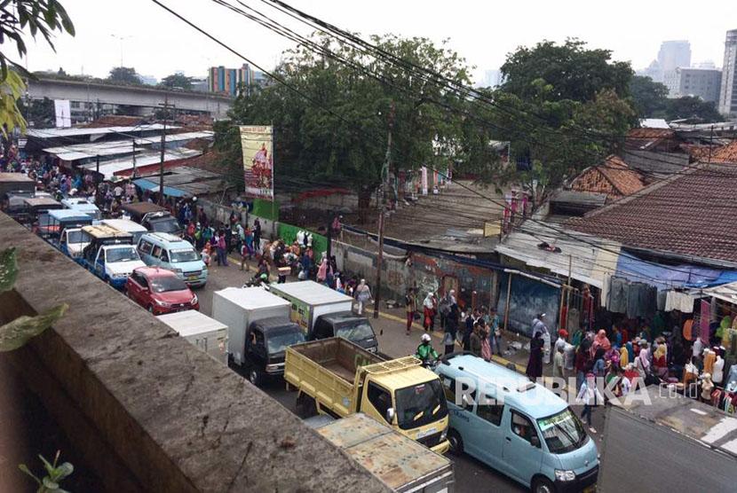 Suasana terkini trotoar pinggir Jalan Jatibaru Raya, Tanah Abang, Jakarta Pusat, ada segerombol Satpol PP di sebrang jalan namun tidak melakukan apa-apa, Jumat (12/5) pagi.