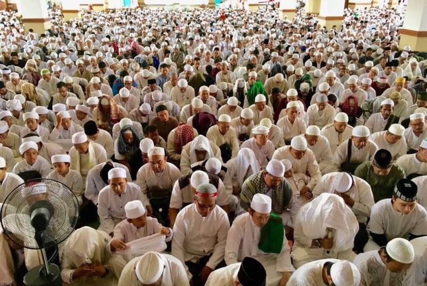 Suasana tusiyah zikir dan ikrar dua kalimat syahadat di Masjid Az-Zikra Sentul, Bogor, Jawa Barat, Ahad (2/7).