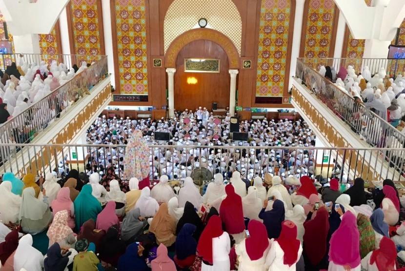 Suasana zikir dan ikrar syahadat mualaf di Masjid Az-Zikra Sentul, Bogor, Jawa Barat.