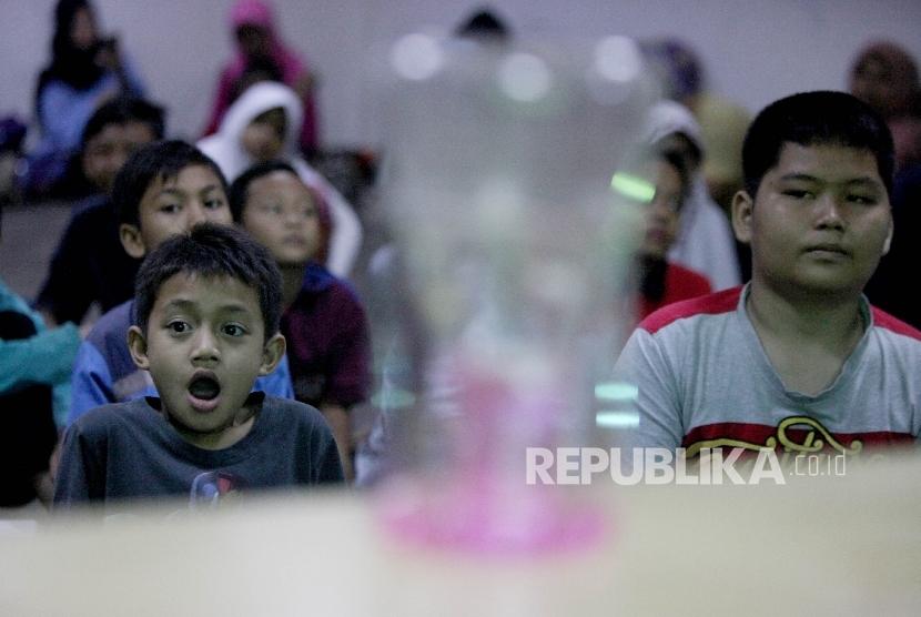 SuasaSuasana peserta saat menerima materi dasar kimia kepada siswa peserta dalam Republika Fun Science di Kantor Republika, Jakarta, Sabtu (13/5).na peserta saat menerima materi dasar kimia kepada siswa peserta dalam Republika Fun Science di Kantor Republika, Jakarta, Sabtu (13/5).