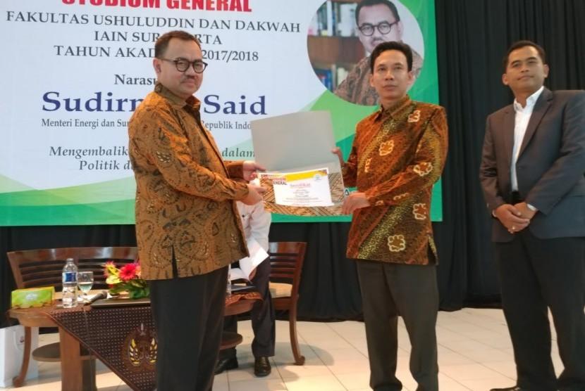 Sudirman Said (kiri) dan Rektor IAIN Surakarta Mudofir (kanan).