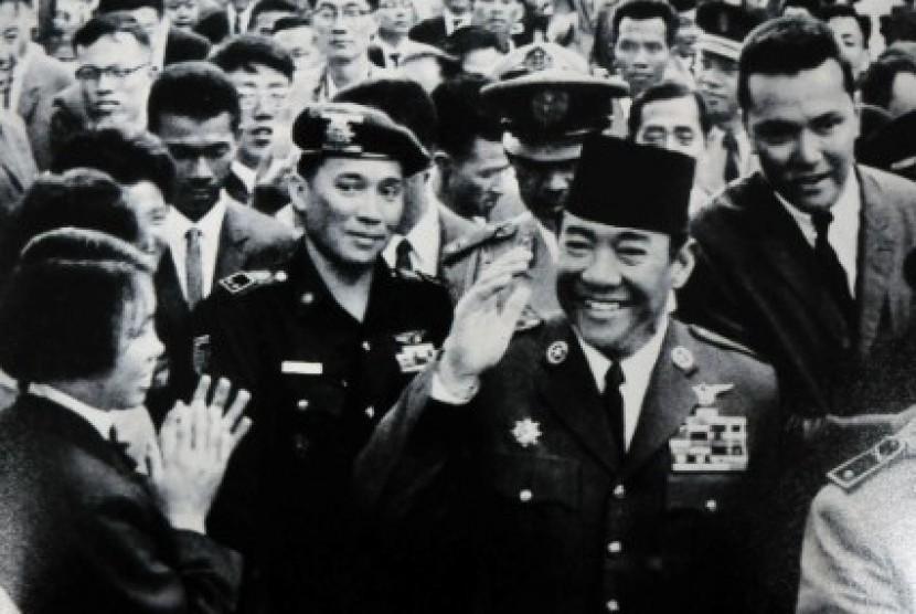 Sukarno dan Wakil Komandan Resimen Cakrabirawa, Kolonel Maulwi Saelan