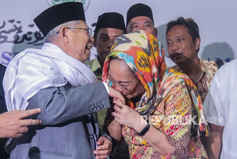 Sukmawati Soekarnoputri (kanan) mencium tangan Ketua Umum Majelis Ulama Indonesia (MUI) KH Ma'ruf Amin (kiri) usai melakukan pertemuan tertutup di Kantor MUI, Jakarta, Kamis (5/4).