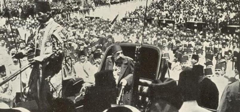 Sultan Abdul Majid II ketika diarak dengan kereta.