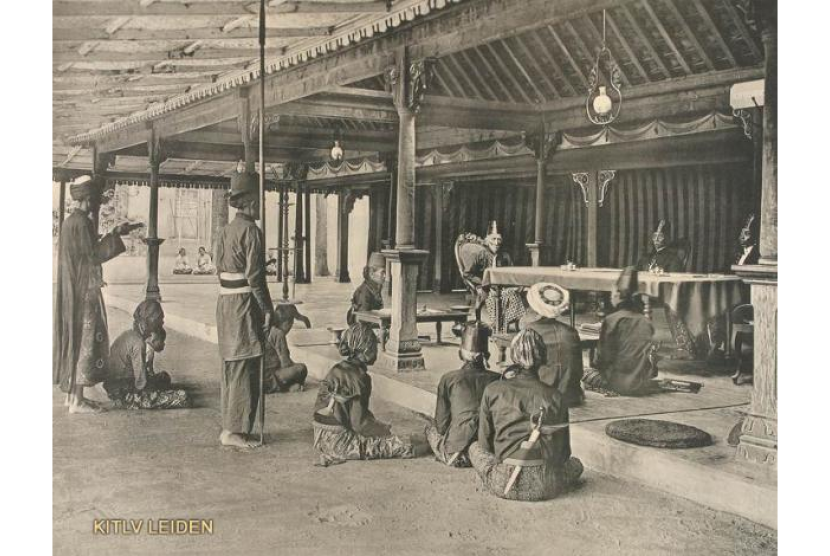 Sultan Yogyakarta dan para kadi sedang menggelar persidangan.