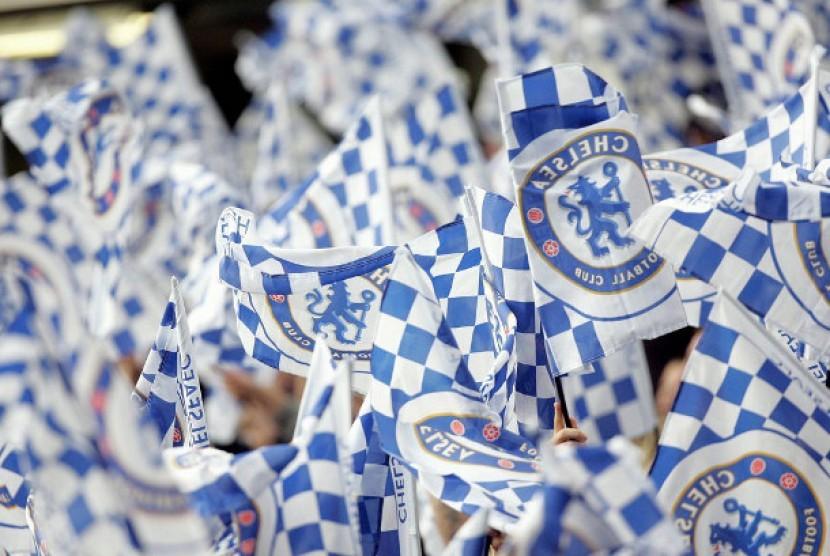 Suporter Chelsea mengibarkan bendera klub (ilustrasi)
