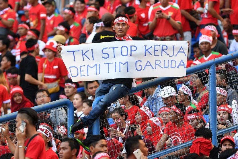 Suporter Indonesia memberikan dukungan saat Timnas U-22 Indonesia melawan Timnas U-22 Kamboja pada laga terakhir penyisihan grub B SEA Games XXIX Kuala Lumpur di Stadion Shah Alam, Selangor, Malaysia, Kamis (24/8).