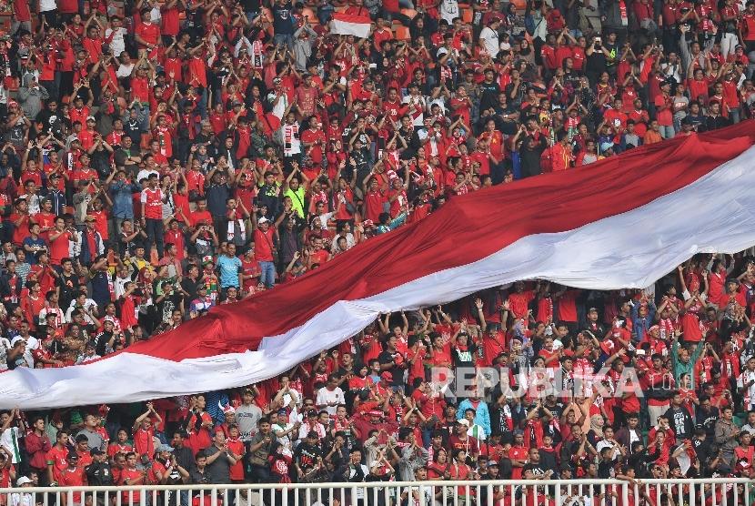 Suporter Timnas Indonesia U-22 memberikan dukungan dalam laga persahabatan melawan Myanmar di Stadion Pakansari, Cibinong, Bogor, Selasa (21/3).