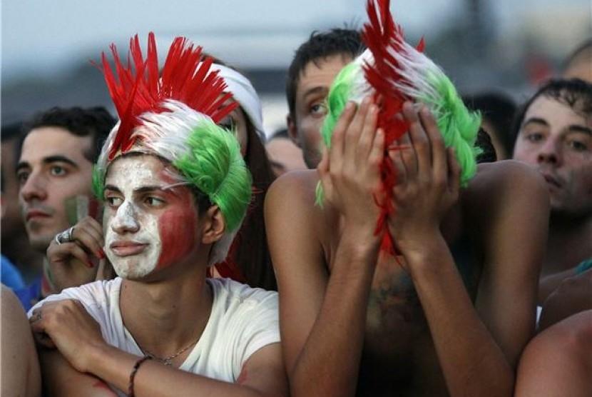 Suporter timnas Italia terdiam lesu usai tim kesayangan mereka kalah 0-4 dari Spanyol di final Piala Eropa 2012.