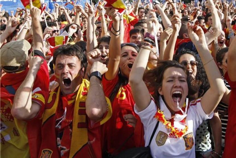 Suporter timnas Spanyol berteriak gembira setelah timnya mencetak gol saat menghadapi Italia di laga Grup C Piala Eropa 2012 di Madrid, Spanyol, Ahad (10/6).