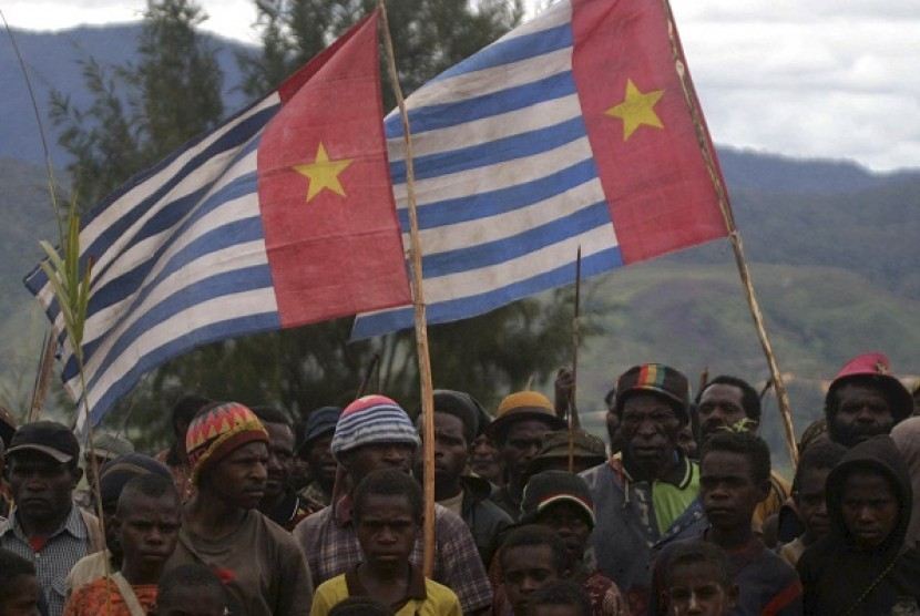 Supporters of the Free Papua Movement carry the Morning Star independence flag in Paniai Timur in Papua, 2008. (file photo)