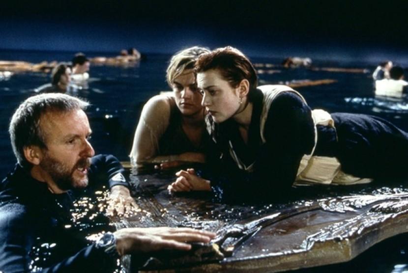 Sutradara James Cameron dengan Leonardo DiCaprio dan Kate Winslet di lokasi syuting film Titanic.