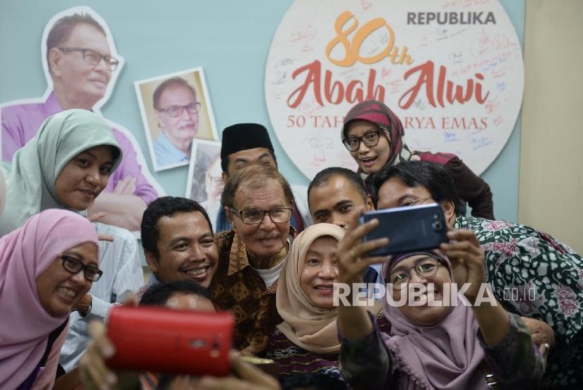 Syukuran Kiprah Abah Alwi. Wartawan senior Republika Alwi Shahab berfoto bersama wartawan Republika saat Syukuran 50 Tahun Karya Emas Abah Alwi di Kantor Republika, Jakarta, Rabu (31/8).