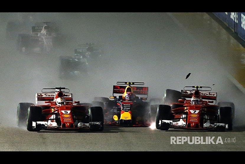 Tabrakan beruntun mewarnai start pada Grand Prix F1 Singapura, Ahad (17/9).
