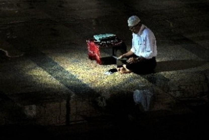 Tadarus, salah satu kegiatan mengisi iktikaf di malam 10 hari terakhir Ramadhan
