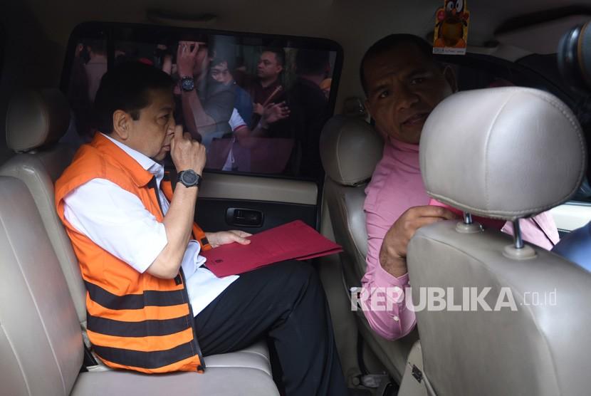 Tahanan KPK Setya Novanto meninggalkan Gedung KPK usai menjalani pemeriksaan oleh Mahkamah Kehormatan Dewan (MKD) DPR di Jakarta, Kamis (30/11).