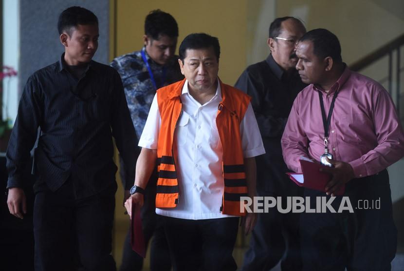 Tahanan KPK Setya Novanto (tengah) meninggalkan Gedung KPK usai menjalani pemeriksaan oleh Mahkamah Kehormatan Dewan (MKD) DPR di Jakarta, Kamis (30/11).