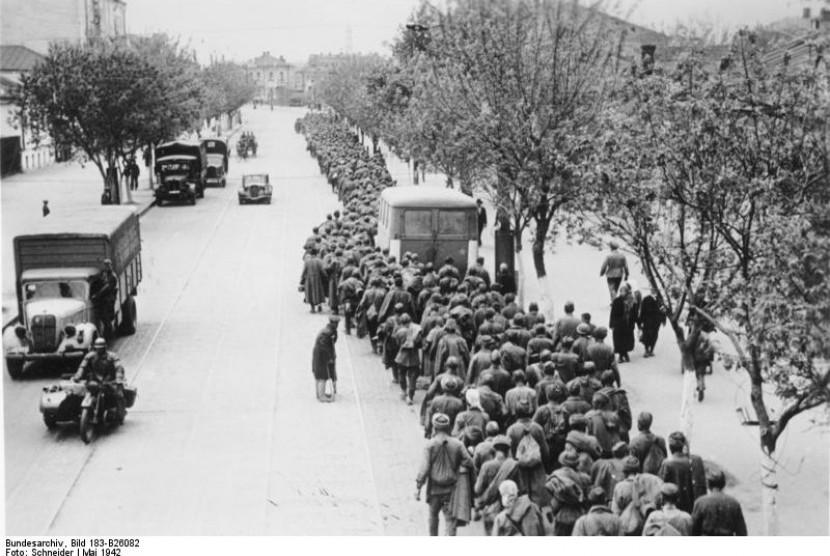 Tahanan perang Uni Soviet berbaris di kota Kharkov, Ukraina setelah tentara Jerman berhasil merebut kota ini dari Uni Soviet pada tahun 1943.