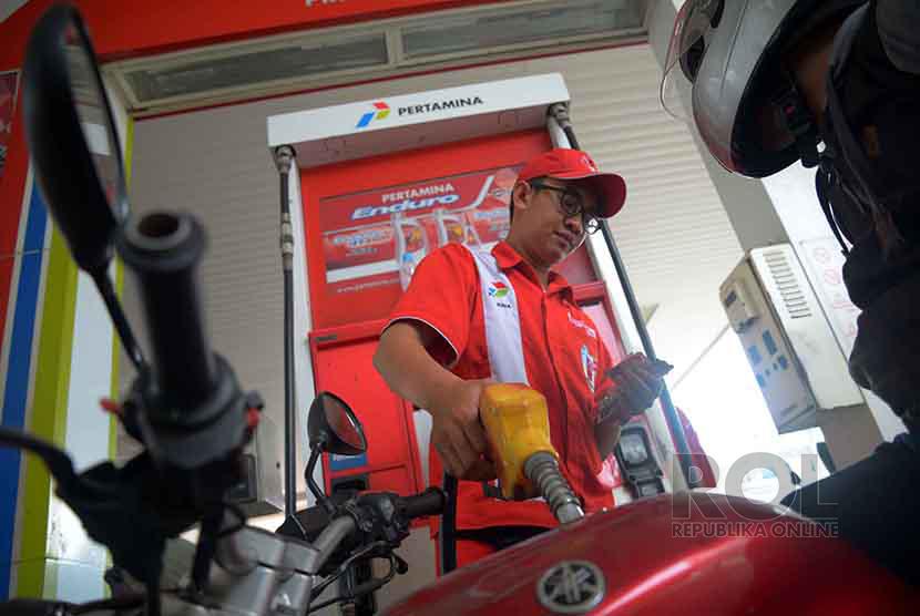 Petugas mengisi bahan bakar minyak (BBM) jenis premium (ilustrasi)