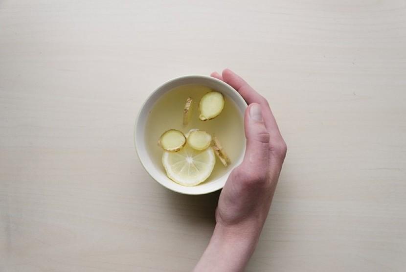 Tambahkan potongan jahe dalam teh untuk mengusir batuk dan pilek.
