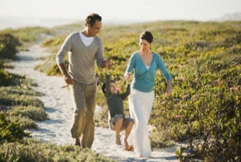 Tampak sebuah keluarga sedang menikmati liburan di pantai.