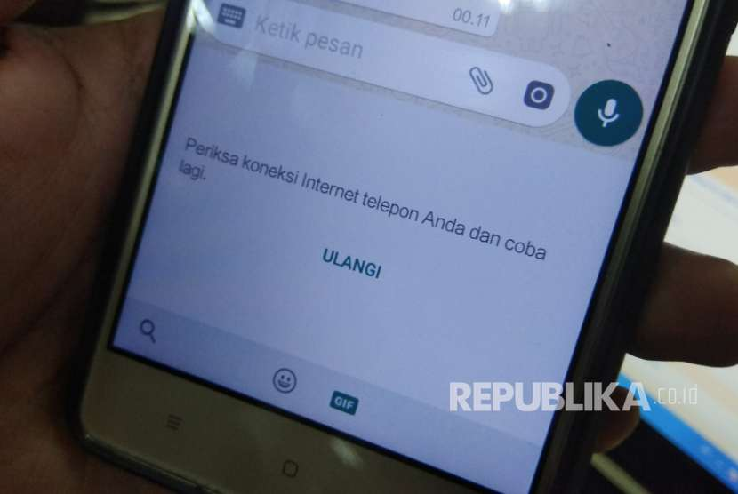 Tampilan dialog WhatsApp saat fitur GIF diaktifkan.