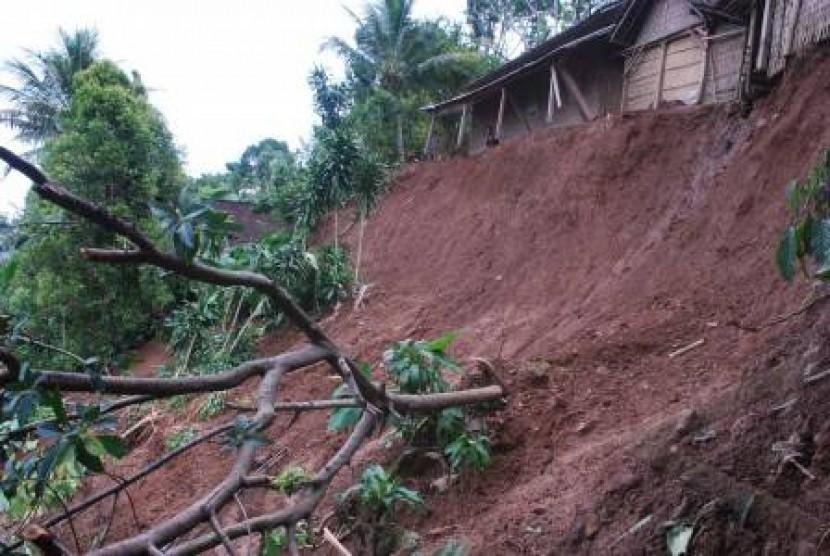 Hujan Deras Sebabkan Longsor di Bukit Menoreh