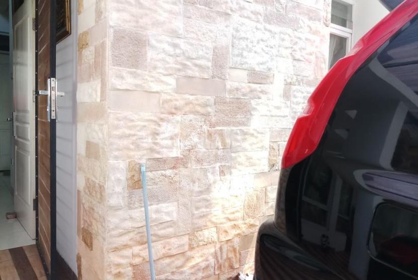 Tanda silang di dinding rumah Habib Alwi yang telah dihapus , masih terlihat samar-samar.