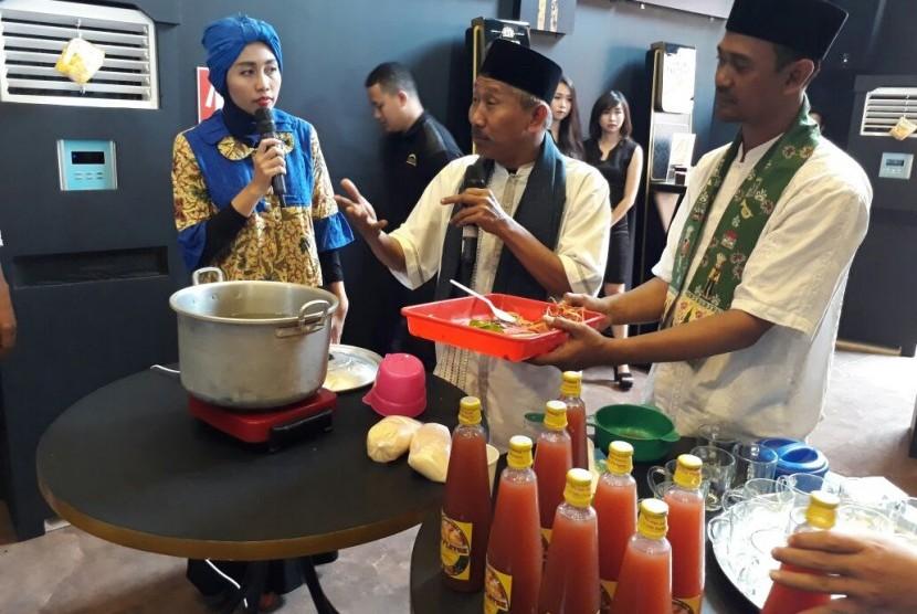 Taufiq Abdullah, pemilik bir pletok merk AB, memperagakan cara membuat bir pletok di Paviliun Mahakarya Indonesia Jakarta Fair, Sabtu (8/7).