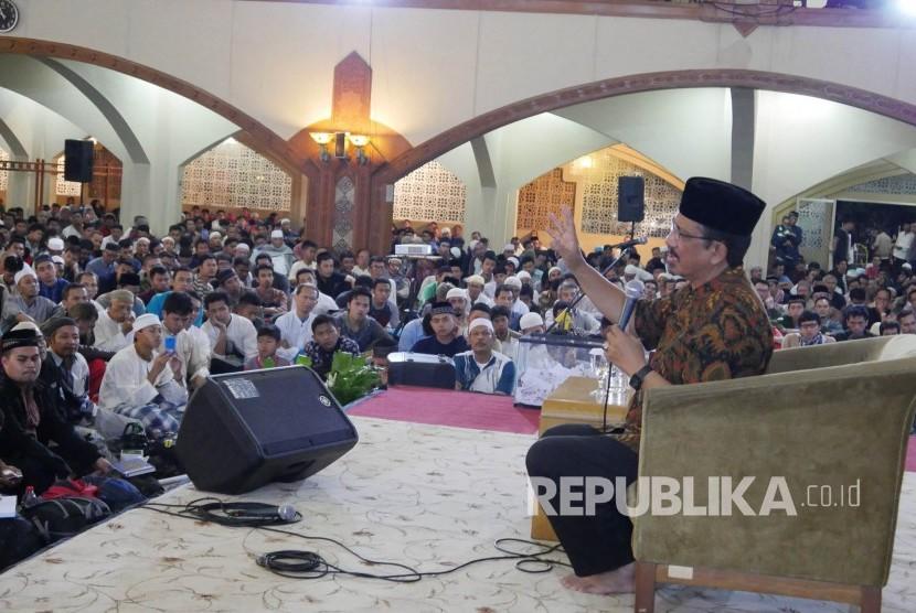 Tausyiah KH Athian Ali pada muhasabah akhir tahun yang diselenggarakan Harian Republika, Perwakilan Jabar, Ahad (31/12).
