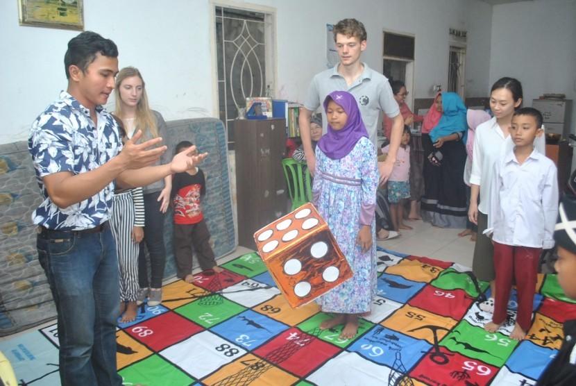 Teguh Wahyu Permana bersama para mahasiswa asing IPB mengajarkan bahasa kepada anak-anak di wlayah  Dramaga, Bogor, Jawa Barat.