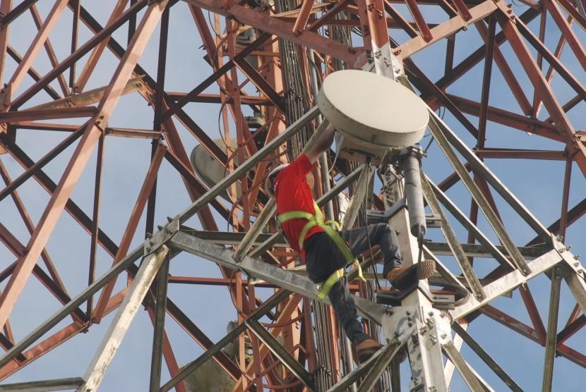 Teknisi jaringan PT Telkomsel melakukan perawatan BTS di kawasan perkebunan Kampung Ciarileu, Desa Mekarjaya, Kecamatan Cikajang, Kabupaten Garut, Jawa Barat, Rabu (9/8).