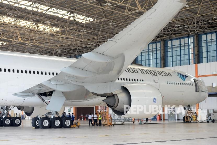 Teknisi melakukan perawatan pesawat. (ilustrasi)