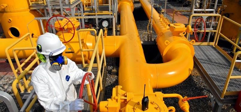 Teknisi Pemeliharaan Fasilitas sedang melakukan pemeriksaan dan perawatan rutin pada pipa distribusi gas di Stasiun Transmisi Bojonegara milik PT Perusahaan Gas Negara (PGN) Tbk di Bojonegara, Banten, Kamis (27/10). (Republika/Agung Supriyanto)