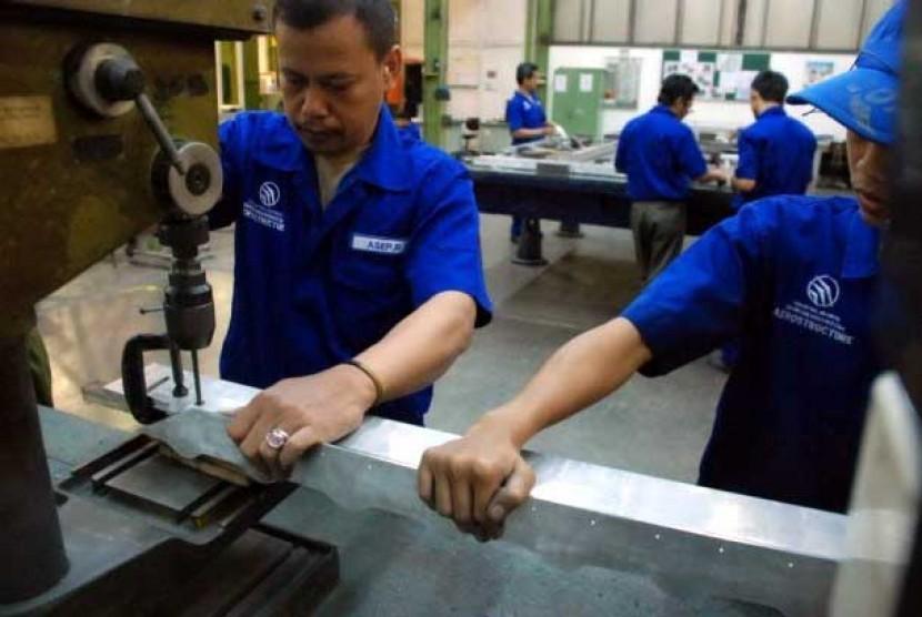 Teknisi PT Dirgantara Indonesia (PTDI) mengerjakan salah satu komponen pesawat Boeing 777 seri terbaru di Bandung, Jawa Barat