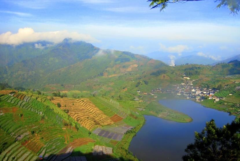 Telaga Cebong, sebuah kesegaran menawan di tengah warna-warni panorama alam Dieng yang memukau.