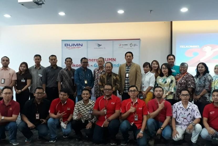 Telkomsel membidik pelanggan Garuda Indonesia tujuan Bali dengan menandatangani nota kesepahaman (MoU) kerja sama dan sinergi dua BUMN di Denpasar, Selasa (15/5).