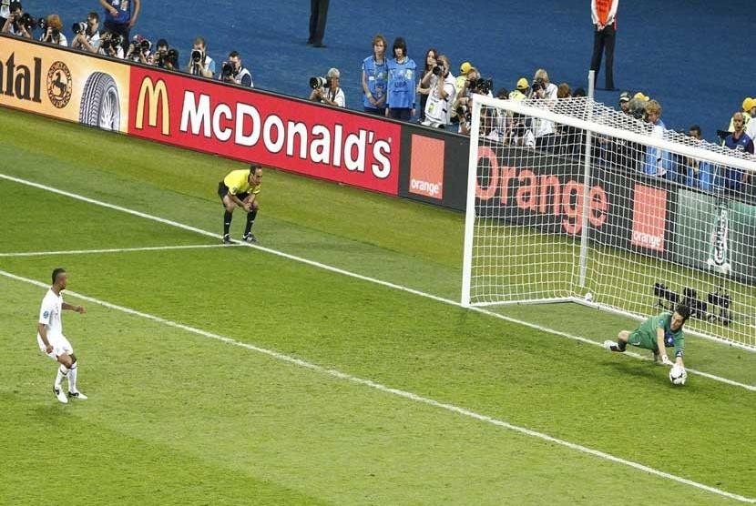 Tendangan penalti Antonio Nocering menjebol gawang Inggris yang dikawal Joe Hart di Olympic Stadium, Kiev, Senin (25/6) dini hari WIB.