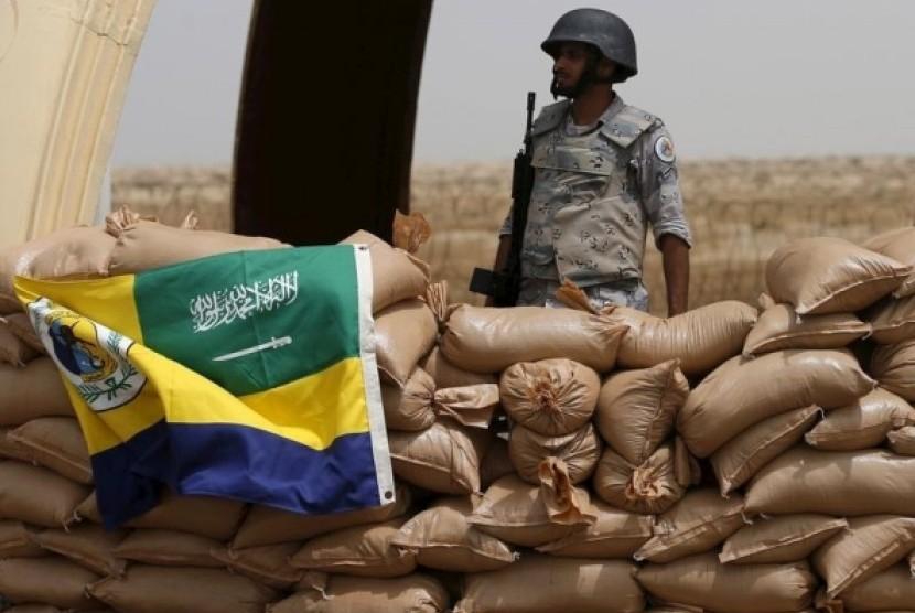 Tentara Arab Saudi berjaga di perbatasan Yaman.