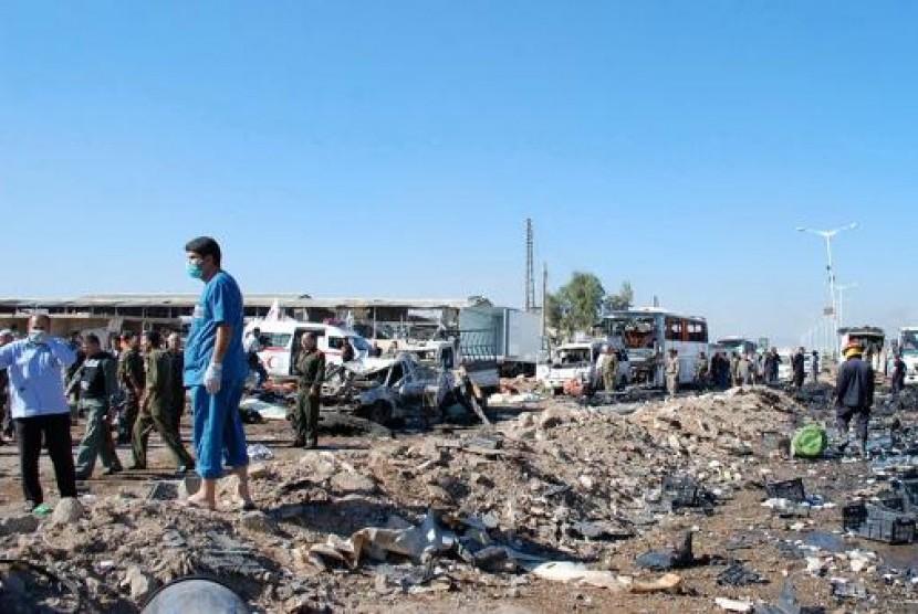 Tentara dan regu penyelamat saat memeriksa lokasi bom bunuh diri yang menewaskan 30 orang di Hama, Suriah