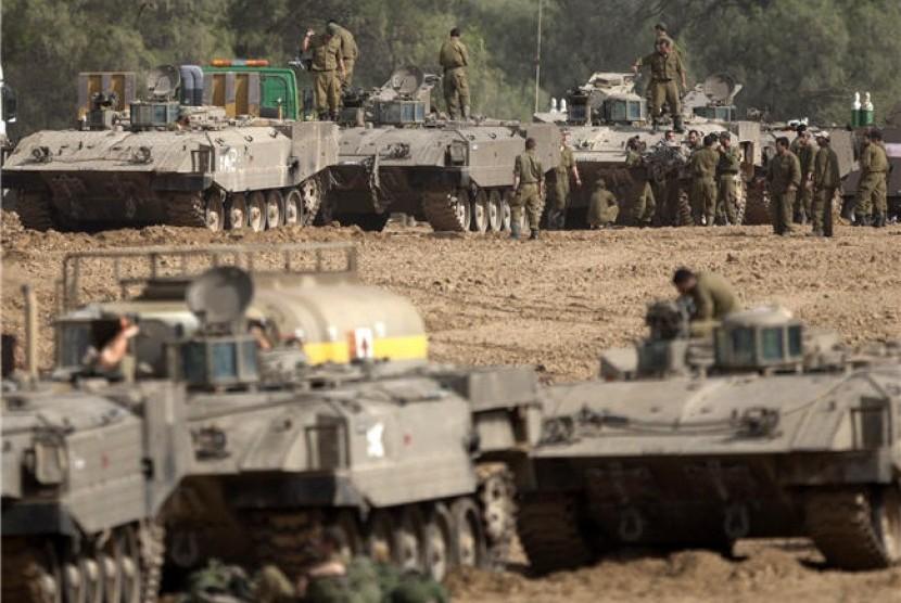 Tentara Israel bersiap di perbatasan Jalur Gaza, Israel Utara, Jumat.