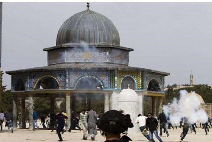 Tentara Israel ketika menyerbu Masjid Al Aqsa di Yerusalem.