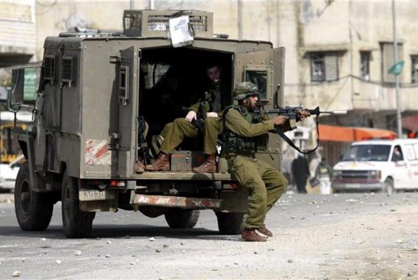 Tentara Israel menembaki anak-anak Palestina yang melakukan perlawanan dengan lemparan batu di jalanan Alquds.