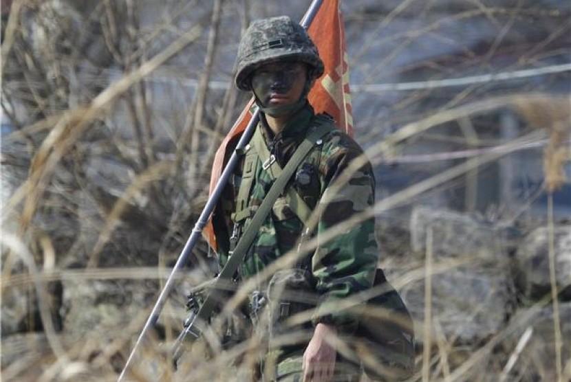 Tentara Korea Selatan berjaga di dekat Zona Demiliterisasi yang memisahkan dua Korea di Paju, Seoul, Kamis (4/4).