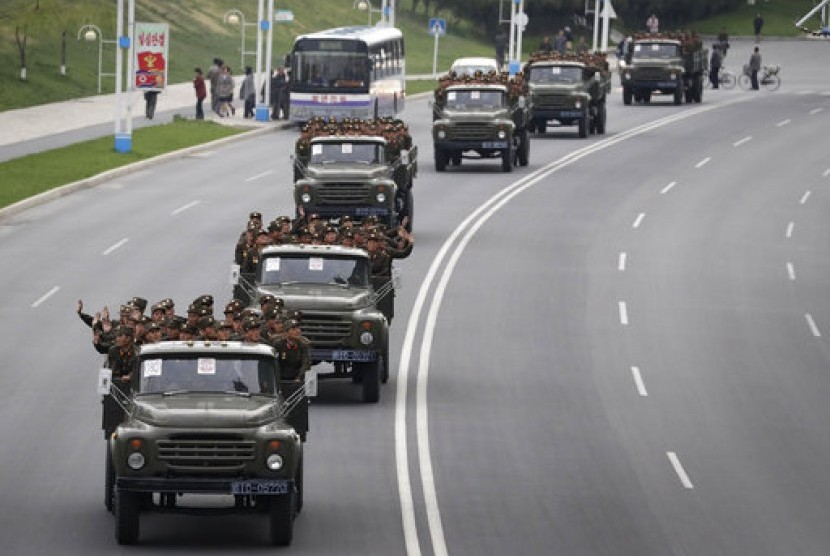 Tentara Korea Utara saat berada di jalan baru Mirae Scientists Street untuk merayakan ulang tahun ke-105 mendiang pemimpin Kim Il-sung di Pyongyang, 19 April 2017.