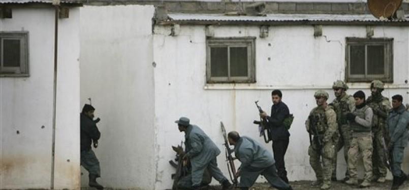 Tentara NATO dan pasukan Afghanistan mengepung salah satu tempat kediaman militan Afghanistan.