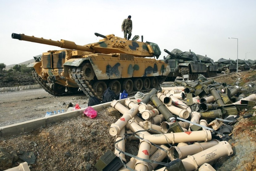 Tentara Turki mempersiapkan tank di pinggiran desa Sugedigi, Turki yang berbatasan dengan Suriah, 22 Januari 2018. AS menekan Turki menghentikan operasi di Afrin.
