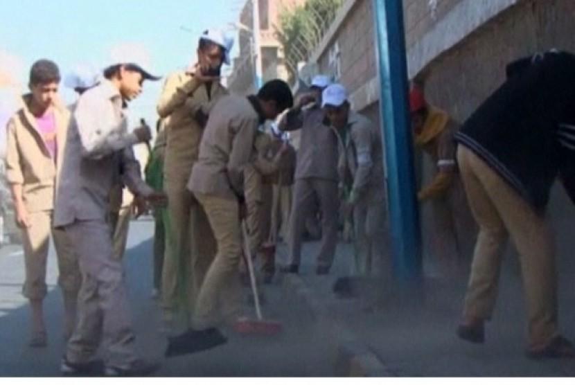 Tentara Yaman turun ke jalan untuk membersihkan jalanan di ibu kota Sanaa.