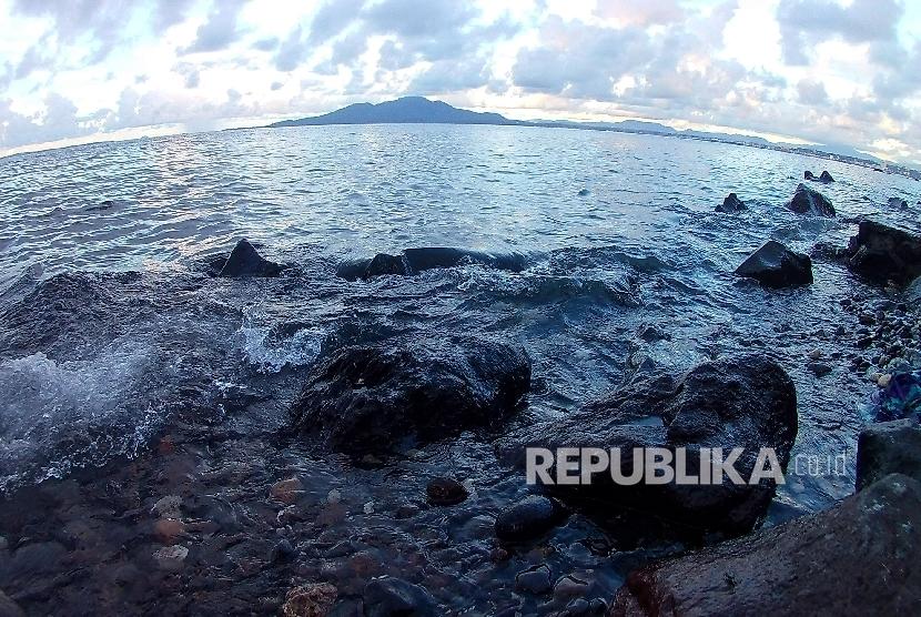 Tepian pantai di Bunaken, Kota Manado, Provinsi Sulawesi Utara, Sabtu (17/12).